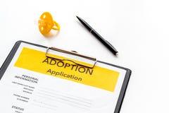Applikation som adopterar barnet med attrappen p? vit bakgrund arkivbilder