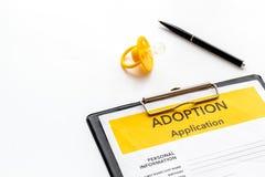Applikation som adopterar barnet med attrappen p? vit bakgrund royaltyfri foto