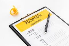 Applikation som adopterar barnet med attrappen p? vit bakgrund royaltyfria foton