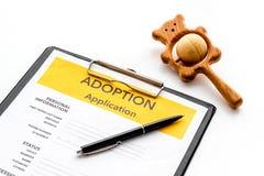 Applikation som adopterar barnet med leksaken på vit bakgrund royaltyfria foton