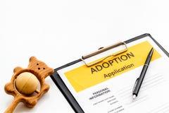 Applikation som adopterar barnet med leksaken på vit bakgrund royaltyfri fotografi