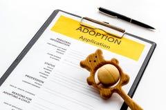 Applikation som adopterar barnet med leksaken p? vit bakgrund royaltyfri fotografi