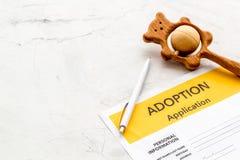 Applikation som adopterar barnet med leksaken p? vit bakgrund fotografering för bildbyråer
