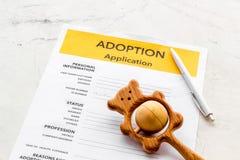 Applikation som adopterar barnet med leksaken p? vit bakgrund arkivfoton
