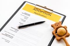 Applikation som adopterar barnet med leksaken p? vit bakgrund arkivbilder