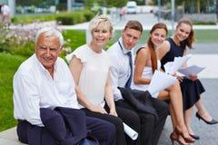 Applikationcandicates som väntar på jobbintervju royaltyfria bilder