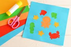 Applique de papel con los animales y los pescados de mar Lección del arte en guardería Animales de mar de papel - pulpo, pescado, imagen de archivo libre de regalías