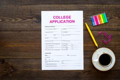 Appliquez l'université Le formulaire de demande vide d'université près de la tasse de café et la papeterie sur la vue supérieure  photo libre de droits