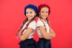 Appliquez la forme entrent à l'école internationale École de langues françaises Concept de mode d'école Les filles de sourire d'é photo libre de droits