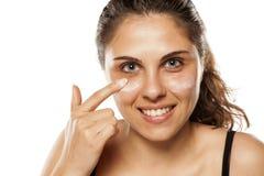 applying cosmetics woman Στοκ Φωτογραφία