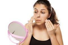 applying cosmetics woman Στοκ εικόνα με δικαίωμα ελεύθερης χρήσης