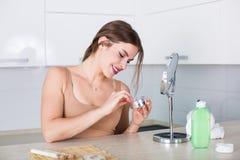 applying cosmetics woman Στοκ εικόνες με δικαίωμα ελεύθερης χρήσης
