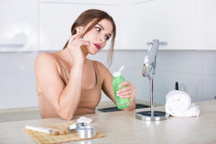 applying cosmetics woman Στοκ φωτογραφία με δικαίωμα ελεύθερης χρήσης