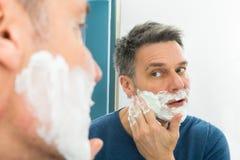 applying cream man shaving Στοκ εικόνες με δικαίωμα ελεύθερης χρήσης