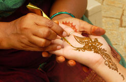 Applying henna or Mehendi a temporary tattoo Royalty Free Stock Photography