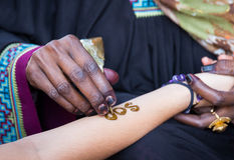 Applying henna for a temporary tattoo Royalty Free Stock Photos