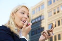 applying lipstick Στοκ φωτογραφία με δικαίωμα ελεύθερης χρήσης