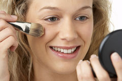 applying make up woman young Στοκ Εικόνες