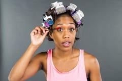 Applying Makeup di modello nero Immagini Stock