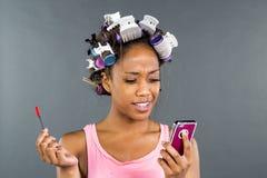 Applying Makeup di modello nero Fotografia Stock Libera da Diritti