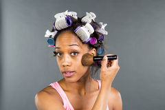 Applying Makeup modelo negro Imagen de archivo