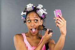 Applying Makeup modelo negro Imágenes de archivo libres de regalías