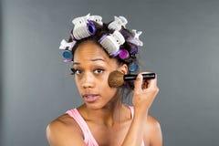Applying Makeup modelo preto Imagem de Stock
