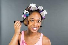 Applying Makeup modelo preto Fotos de Stock Royalty Free