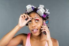 Applying Makeup modelo preto Imagem de Stock Royalty Free