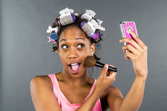 Applying Makeup modelo preto Imagens de Stock Royalty Free