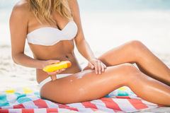 applying sunscreen Στοκ φωτογραφία με δικαίωμα ελεύθερης χρήσης