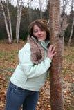 Appoggiandosi sull'albero Fotografia Stock Libera da Diritti