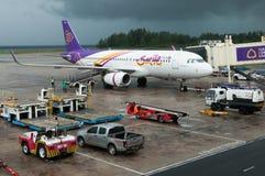 Appoggio dell'aeroplano delle vie aeree tailandesi di sorrisi all'aeroporto Fotografie Stock Libere da Diritti