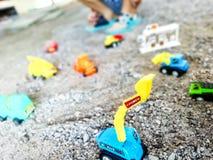 Apportez votre jouet d'imagination du ` s d'enfant pour jouer la construction virtuelle Photo libre de droits