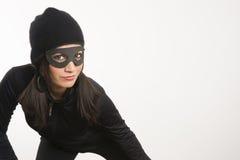 Appostarsi rubacchiante mascherato della donna intorno a cercare qualcosa alla st Fotografia Stock Libera da Diritti