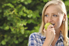 appple τρώγοντας τη γυναίκα Στοκ Φωτογραφίες