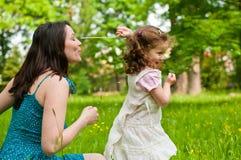 Appréciant la durée - mère avec son enfant Images libres de droits
