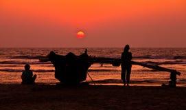 Appréciant le coucher du soleil le soleil entre vers le bas dans l'ha Images stock