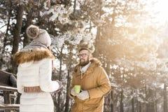 Appréciant le jour d'hiver neigeux dehors Photographie stock libre de droits