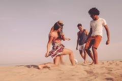 Appréciant le temps de plage ensemble photo libre de droits