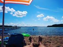 Appréciant lite par jour ensoleillé à la plage Photos stock