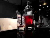 Appréciant une boisson rouge délicieuse un café images stock