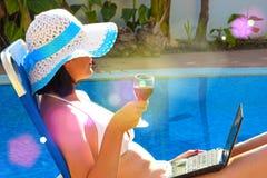 Apprécier avec du vin en verre Photographie stock libre de droits