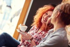 Apprécier avec la tasse de café dans le cafétéria Image libre de droits
