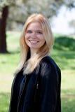 Apprécier blond de fille du bon temps au ressort Photographie stock libre de droits