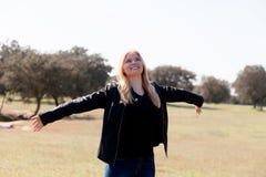 Apprécier blond de fille du bon temps au ressort Image stock