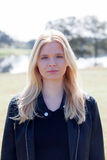 Apprécier blond de fille du bon temps au ressort Photographie stock