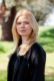 Apprécier blond de fille du bon temps au ressort Image libre de droits