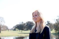 Apprécier blond de fille du bon temps au ressort Photo libre de droits