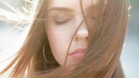 Apprécier de l'adolescence paisible de fille de beauté femelle naturelle banque de vidéos
